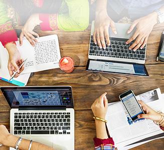 Tisch von oben mit Laptops und Händen