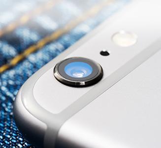 Handy auf Jeans mit Kameralinse