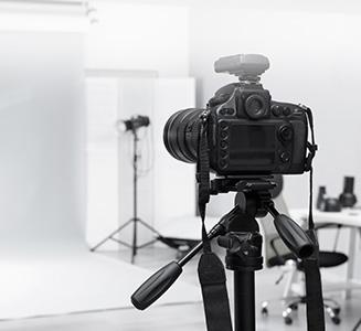 Kamera auf Stativ im Studio