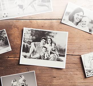 Familienbilder auf Holztisch
