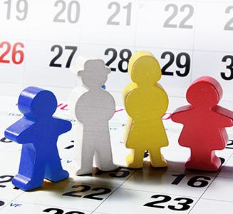 Holzfamilie auf Kalender