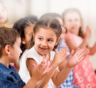 Kinder in Reihe klatschen