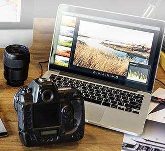 Tisch mit Laptop verbunden mit Kamera