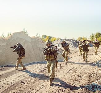 Armee stürmt Feld mit Bewaffnung