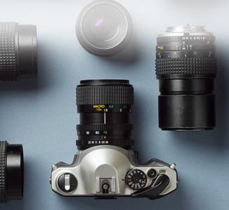 Spiegelreflexkamera mit Objektiven auf Tisch