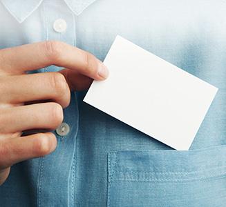Hand steckt Karte in Brusttasche