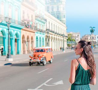 Frau steht an Straße mit bunten Häusern