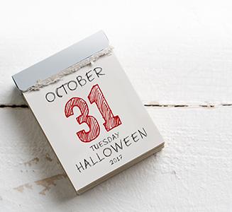 Kalender zum abreißen mit Halloween Datum auf Holztisch