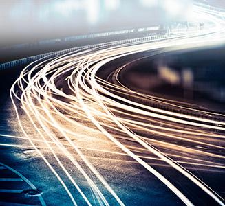 Langzeitbelichtung Straße bei Nacht