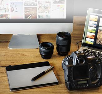 Kamera Desktop Pc Grafiktablet und Objektive auf Tisch