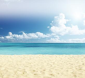 Strand mit türkisem Wasser und weißem Sand