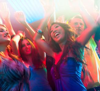 Feiernde Menschen im Club