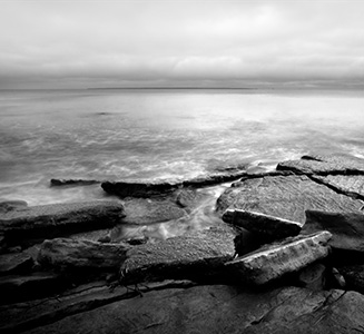 Meer mit Steinküste in Schwarz Weiß