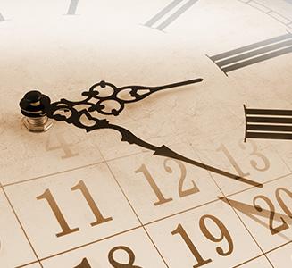 Uhr mit Zeigern auf Zahlen