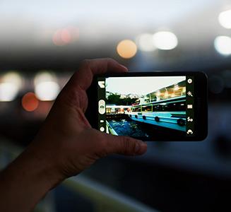 Mann hält Smartphone und schießt Foto