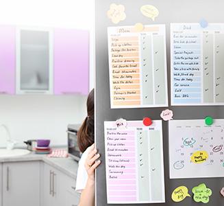 Person öffnet Kühschrank mit Kalendern an Tür