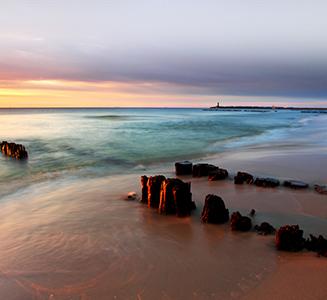 Meer mit Felsen und Leuchtturm