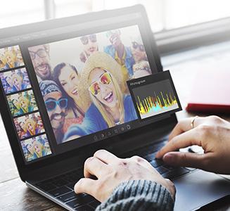 Hände an Laptop bearbeiten Bilder in Programm