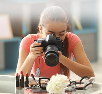Frau hält Kamera und fotografiert Kosmetik