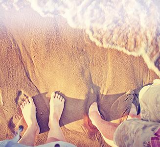 Füße im Sand am Strand mit Meer