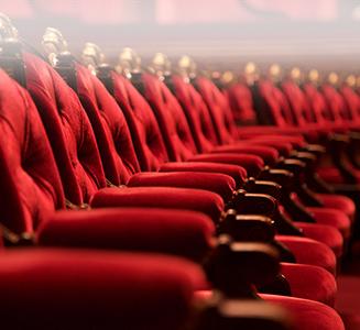 Rote Stuhlreihen im Theater