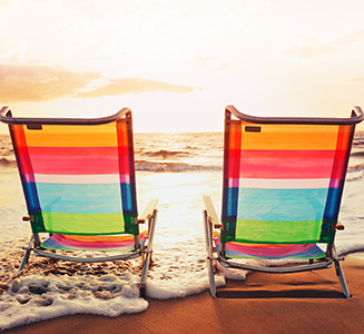 2 Liegestühle am Strand mit Sonnenuntergang